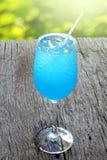Μπλε κοκτέιλ της Χαβάης στον ξύλινο πίνακα Στοκ φωτογραφίες με δικαίωμα ελεύθερης χρήσης