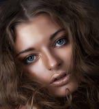 μπλε κομψό κορίτσι ματιών ομορφιάς αρκετά νέο στοκ φωτογραφία