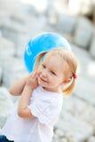 μπλε κορίτσι μπαλονιών λί&gamma Στοκ εικόνες με δικαίωμα ελεύθερης χρήσης