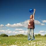 μπλε κορίτσι μπαλονιών Στοκ εικόνα με δικαίωμα ελεύθερης χρήσης
