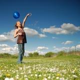 μπλε κορίτσι μπαλονιών Στοκ Φωτογραφίες
