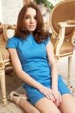 μπλε κορίτσι φορεμάτων brunette Στοκ Εικόνες