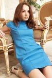 μπλε κορίτσι φορεμάτων brunette Στοκ φωτογραφία με δικαίωμα ελεύθερης χρήσης