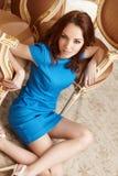 μπλε κορίτσι φορεμάτων brunette Στοκ εικόνες με δικαίωμα ελεύθερης χρήσης