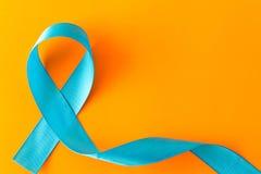 Μπλε κορδέλλα Απομονωμένος στο πορτοκαλί υπόβαθρο με το κενό διάστημα για Στοκ φωτογραφία με δικαίωμα ελεύθερης χρήσης