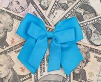 μπλε κορδέλλα δωρεάς στοκ φωτογραφία