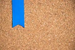 Μπλε κορδέλλα στο υπόβαθρο σύστασης πινάκων φελλού Στοκ Φωτογραφίες