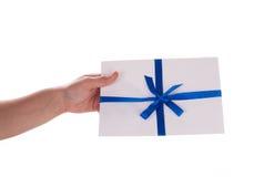 μπλε κορδέλλα χεριών φακέλων λεπτή Στοκ εικόνες με δικαίωμα ελεύθερης χρήσης