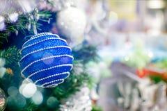 Μπλε κρεμώντας διακόσμηση σφαιρών για το χριστουγεννιάτικο δέντρο Λαμπρό ελαφρύ υπόβαθρο διακοσμήσεων Χριστουγέννων φλογών εύθυμο Στοκ Φωτογραφίες