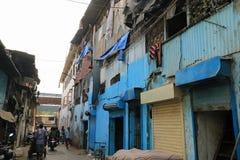 Μπλε κτήρια σε μια οδό σε Dharavi Στοκ Εικόνα