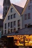 μπλε κτήρια ώρας και ζωηρόχρωμος ουρανός σε μια αγορά ε Χριστουγέννων εμφάνισης Στοκ φωτογραφία με δικαίωμα ελεύθερης χρήσης