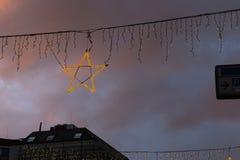 μπλε κτήρια ώρας και ζωηρόχρωμος ουρανός σε μια αγορά ι Χριστουγέννων εμφάνισης Στοκ Εικόνα