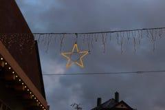 μπλε κτήρια ώρας και ζωηρόχρωμος ουρανός σε μια αγορά ι Χριστουγέννων εμφάνισης Στοκ φωτογραφίες με δικαίωμα ελεύθερης χρήσης