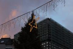 μπλε κτήρια ώρας και ζωηρόχρωμος ουρανός σε μια αγορά ι Χριστουγέννων εμφάνισης Στοκ Φωτογραφία