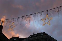 μπλε κτήρια ώρας και ζωηρόχρωμος ουρανός σε μια αγορά ι Χριστουγέννων εμφάνισης Στοκ φωτογραφία με δικαίωμα ελεύθερης χρήσης