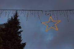 μπλε κτήρια ώρας και ζωηρόχρωμος ουρανός σε μια αγορά ι Χριστουγέννων εμφάνισης Στοκ Φωτογραφίες