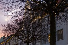 μπλε κτήρια ώρας και ζωηρόχρωμος ουρανός σε μια αγορά ι Χριστουγέννων εμφάνισης Στοκ εικόνα με δικαίωμα ελεύθερης χρήσης