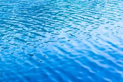 Μπλε κυματισμοί στην επιφάνεια του νερού στη λίμνη Στοκ Φωτογραφίες