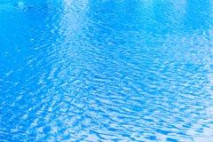 Μπλε κυματισμοί στην επιφάνεια του νερού στη λίμνη Στοκ εικόνες με δικαίωμα ελεύθερης χρήσης