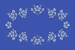 Μπλε κυματιστό πλαίσιο των χαντρών και σχέδια των μπλε λουλουδιών και των φύλλων για την κεντητική στο τραπεζομάντιλο Στοκ Εικόνες