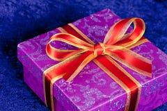 μπλε κόκκινη κορδέλλα δώρ Στοκ Φωτογραφία