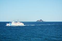 Μπλε κύματα θάλασσας, βάρκα στη μετακίνηση, και ορίζοντας, φυσικό τοπίο Στοκ Φωτογραφίες
