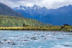 Μπλε κύματα του ποταμού στα βουνά στοκ φωτογραφίες με δικαίωμα ελεύθερης χρήσης