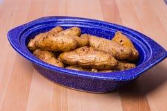 Μπλε κύπελλο με τις πατάτες ψαριών Στοκ Εικόνα
