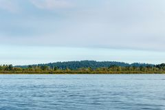Μπλε λίμνη και μπλε ουρανός στο χρόνο ημέρας Στοκ εικόνα με δικαίωμα ελεύθερης χρήσης