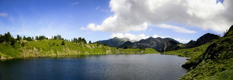 Μπλε λίμνη και πρασινάδα στο βουνό στοκ φωτογραφίες