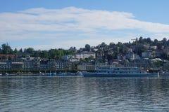 Μπλε λίμνη σε Λουκέρνη στην Ελβετία με τα σπίτια και τις βάρκες και κύκνοι στοκ φωτογραφίες με δικαίωμα ελεύθερης χρήσης