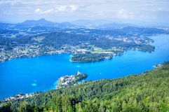 Μπλε λίμνη στις αυστριακές Άλπεις, εναέρια άποψη Στοκ φωτογραφία με δικαίωμα ελεύθερης χρήσης