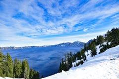 Μπλε λίμνη του Carter νερού με το χιόνι και το σύννεφο Στοκ εικόνα με δικαίωμα ελεύθερης χρήσης