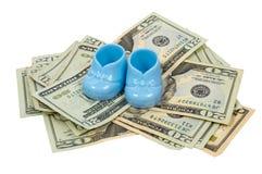 Μπλε λείες μωρών που στηρίζονται σε έναν σωρό είκοσι του δολαρίου Bill Στοκ φωτογραφίες με δικαίωμα ελεύθερης χρήσης