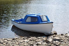 μπλε λευκό βαρκών Στοκ Φωτογραφίες