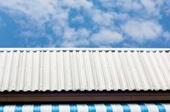 μπλε λευκό ουρανού στεγών Στοκ φωτογραφία με δικαίωμα ελεύθερης χρήσης
