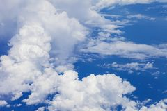 μπλε λευκό ουρανού σύννεφων χνουδωτό Ο μπλε ουρανός και το όμορφο W Στοκ Εικόνες