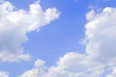μπλε λευκό ουρανού σύννεφων χνουδωτό Στοκ Φωτογραφίες
