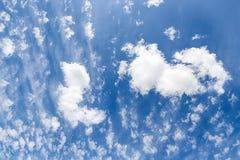 μπλε λευκό ουρανού σύνν&epsilon 1 ανασκόπηση καλύπτει το νεφελώδη ουρανό Στοκ Εικόνες