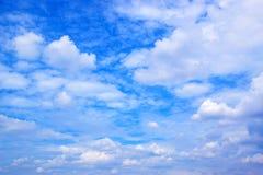 μπλε λευκό ουρανού σύνν&epsilon Στοκ φωτογραφία με δικαίωμα ελεύθερης χρήσης