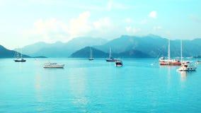 Μπλε λιμνοθάλασσα Timelapse με τα σκάφη απόθεμα βίντεο
