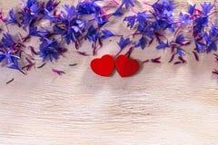 Μπλε λουλούδια και καρδιές στο ξύλο στοκ εικόνες με δικαίωμα ελεύθερης χρήσης
