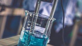 Μπλε λύση στην κούπα γυαλιού στοκ φωτογραφία