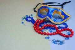 μπλε μάσκα και χάντρες καρναβαλιού στοκ φωτογραφίες