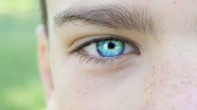 Μπλε μάτι μιας κινηματογράφησης σε πρώτο πλάνο αγοριών φιλμ μικρού μήκους