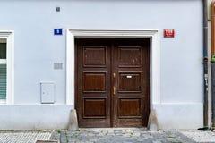 Μπλε μέτωπο ενός σπιτιού στην Πράγα στοκ εικόνες