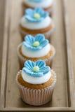 Μπλε μίνι λουλούδι cupcakes Στοκ Φωτογραφίες