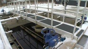 Μπλε μεγάλη βαλβίδα στροφίγγων στο εργοστάσιο επεξεργασίας νερού και βρώμικο υγρό στα aerotanks απόθεμα βίντεο
