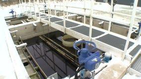 Μπλε μεγάλη βαλβίδα στροφίγγων στο εργοστάσιο επεξεργασίας νερού και το βρώμικο υγρό απόθεμα βίντεο