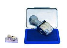 Μπλε μελανωμένο μαξιλάρι γραμματοσήμων χρησιμοποιούμενο όπως απομονώνεται στοκ εικόνες